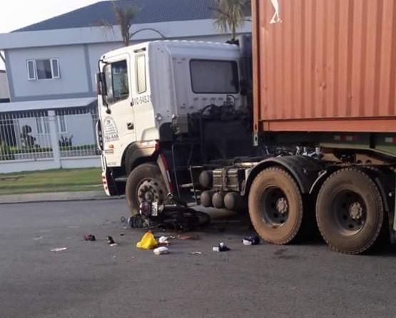 Xe máy kẹp 3 lao vào container, 3 công nhân nằm bất động trên đường - Ảnh 2.