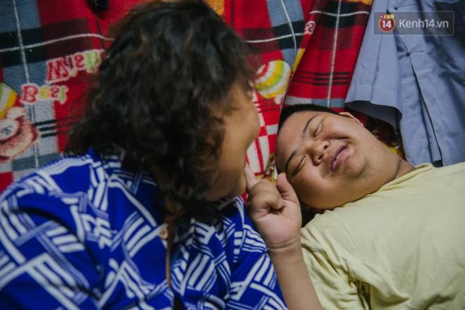 Chuyện má con thằng khờ bán hàng rong ở phố đi bộ Sài Gòn: 19 năm một mình đi tìm nụ cười cho con - Ảnh 12.