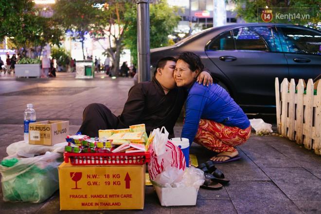 Chuyện má con thằng khờ bán hàng rong ở phố đi bộ Sài Gòn: 19 năm một mình đi tìm nụ cười cho con - Ảnh 15.