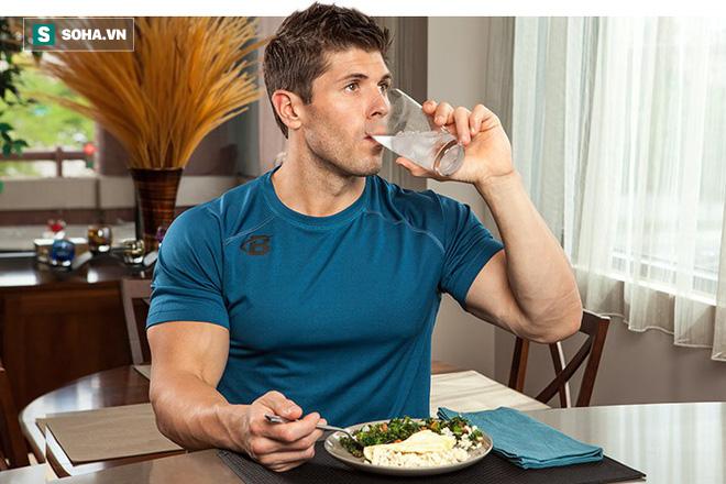 Vừa ăn vừa uống nước: Tốt đến đâu và hại ở mức độ nào là điều ai cũng cần biết - Ảnh 1.