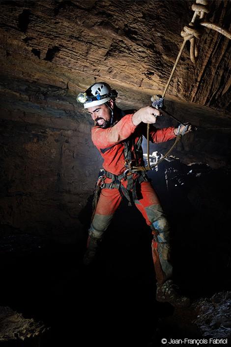 Những nhà thám hiểm cho dây và chui xuống hang động này để có thể khám phá những địa điểm mà trước đây còn chưa được biết đến với nhiều sinh vật kì dị và cả khung cảnh tuyệt đẹp với thác nước, sông ngầm. Ảnh: Jean - Francois Fabrlol