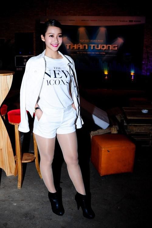 Từng tự ti vì đôi chân quá khổ, hot girl Khả Ngân giờ rất sexy và lôi cuốn - Ảnh 2.