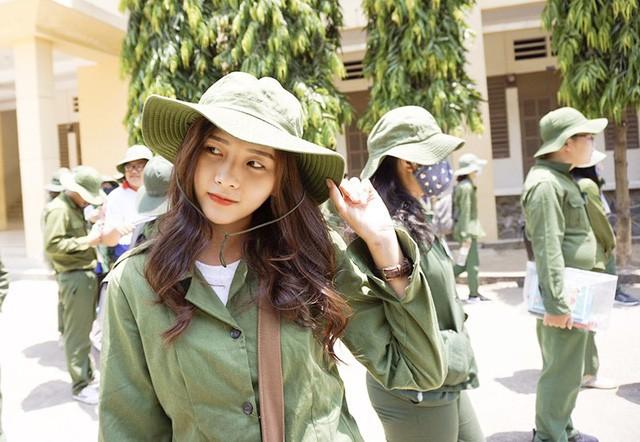 Nữ sinh ĐH Kinh Tế được mệnh danh là hot girl quân sự vì thoa kem chống nắng thôi cũng thần thái - Ảnh 2.