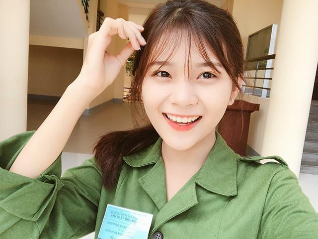 Nữ sinh ĐH Kinh Tế được mệnh danh là hot girl quân sự vì thoa kem chống nắng thôi cũng thần thái - Ảnh 4.