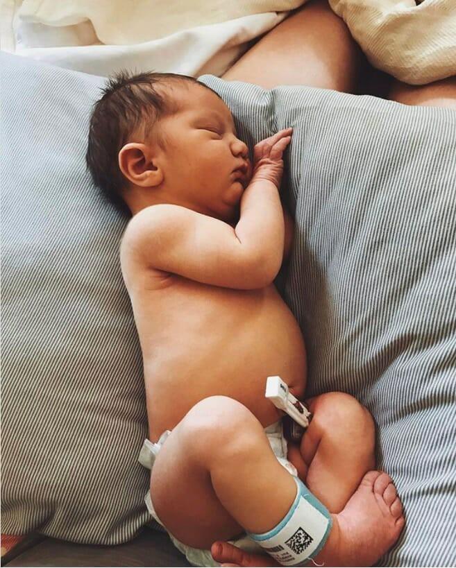 Bé Kaia nặng tới 4kg và dài 53 cm trong khi trọng lượng trung bình của một em bé sơ sinh là khoảng hơn 3kg.
