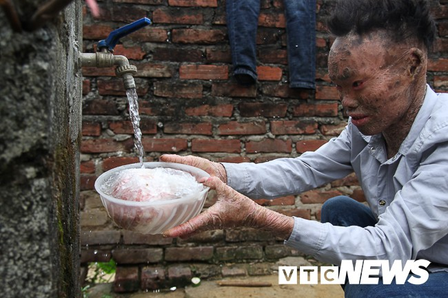 Ảnh: Người cá Ngô Văn Thọ dũng cảm livestream trên facebook để không bị hòa tan - Ảnh 16.
