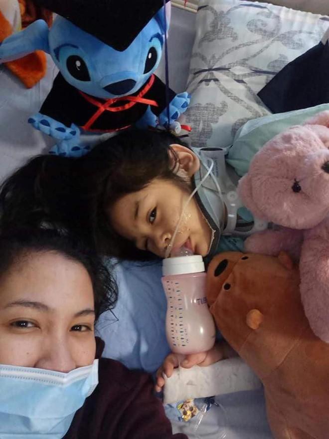 Gia đình đang đợi kết quả từ bác sĩ có cần phẫu thuật hay không và những chi phí cũng đang là vấn đề của gia đình. (Ảnh: Internet)