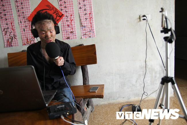 Ảnh: Người cá Ngô Văn Thọ dũng cảm livestream trên facebook để không bị hòa tan - Ảnh 12.