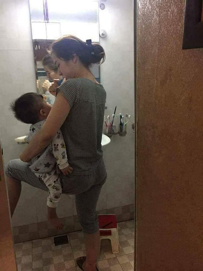 Có thể vừa bế con vừa rửa bát, đánh răng, các mẹ nhà mình đúng là siêu nhân cân cả bầu trời - ảnh 10