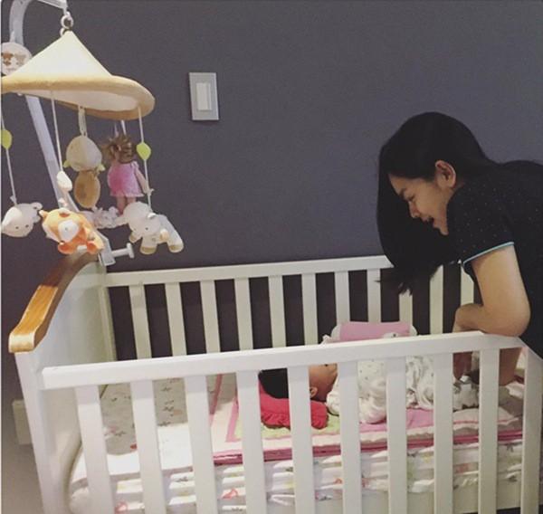 Lý do khiến mẹ phớt lờ mọi lời khuyên, vẫn ngủ chung giường với con gây xúc động - Ảnh 1.