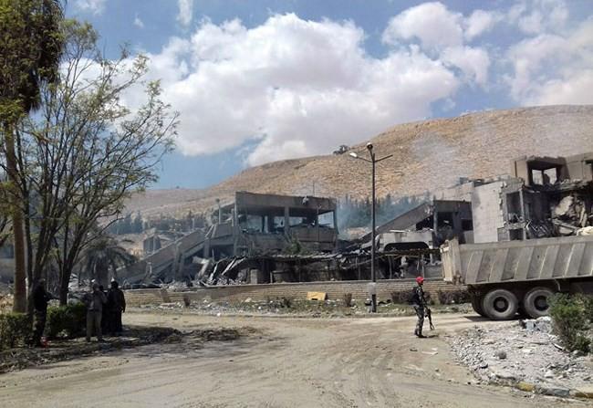 """Syria trụ vững trước đòn tấn công của liên quân phương Tây: Nga cao tay hay """"đi đêm""""? - Ảnh 1."""