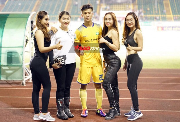 Quế Ngọc Hải, Phan Văn Đức bị dàn hot girl nóng bỏng nhất Tây Đô đánh úp - Ảnh 4.