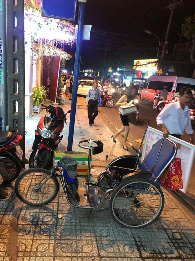 Chàng trai đi xe lăn bán vé số gom tiền nửa năm mua iPhone 5 và cái kết khiến dân mạng cảm động  - Ảnh 4.