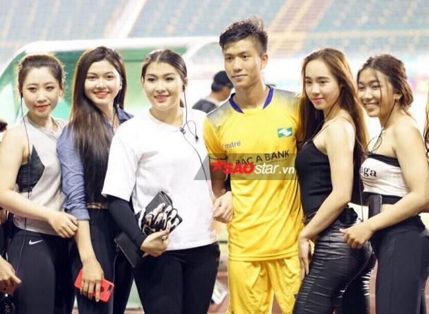 Quế Ngọc Hải, Phan Văn Đức bị dàn hot girl nóng bỏng nhất Tây Đô đánh úp - Ảnh 6.