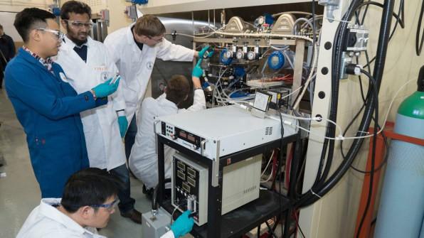 Các nhà khoa học đang nỗ lực để biến khí thải carbon thành những sản phẩm hữu ích, có thể bán được - Ảnh 2.