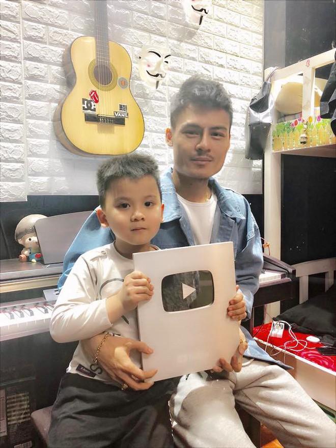 Hoa Vinh khoe được Youtube trao nút bạc, clip khủng nhất có gần 10 triệu lượt xem - Ảnh 1.