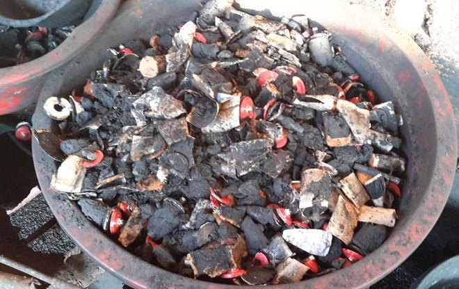 Dùng pin Con Ó để nhuộm đen cà phê - Ảnh 4.