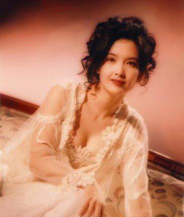 Mỹ nữ 51 tuổi Châu Huệ Mẫn và lời thề kỳ lạ: Không sinh con để giữ dáng, mặc gợi cảm - Ảnh 2.
