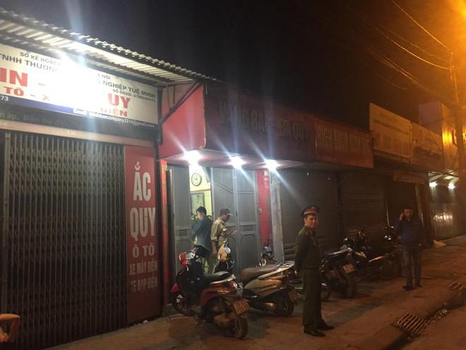 Người đàn ông cầm vật giống súng lao vào cướp tiệm vàng ở Hà Nội trong đêm - Ảnh 1.