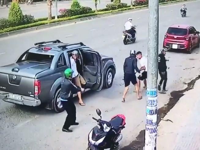 Hai băng giang hồ đi ô tô dùng súng bắn nhau kinh hoàng trên phố - Ảnh 3.