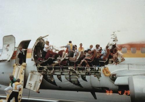Những vụ tai nạn hy hữu khi hành khách bị hút khỏi máy bay ở độ cao hàng nghìn mét - Ảnh 8.