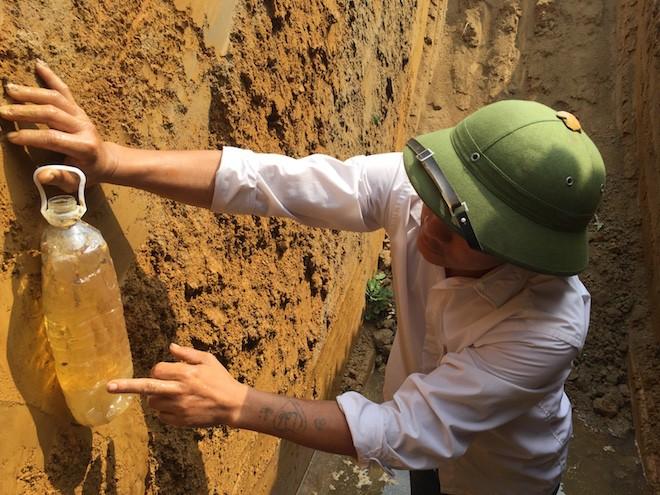 Vụ giếng nước thành giếng dầu: Đào hố sâu phát hiện cả mạch nước có dầu - Ảnh 2.
