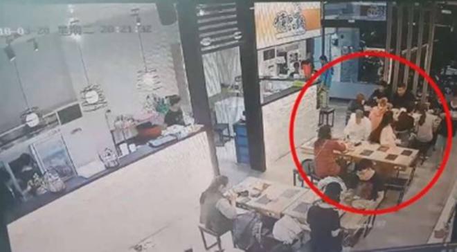 Sơ ý hất tóc vào bạn đồng nghiệp ngồi bên cạnh, cô gái lĩnh hậu quả khiến mọi người trong nhà hàng kinh hãi - Ảnh 2.