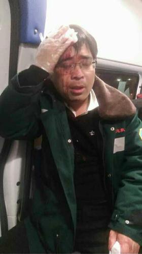 Bác sĩ đang cấp cứu thì bị đánh tóe máu đầu, vẫn tiếp tục cứu người bệnh trước - Ảnh 1.