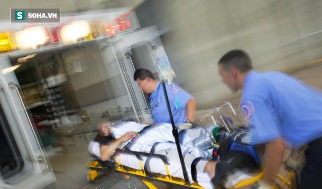 Bác sĩ đang cấp cứu thì bị đánh tóe máu đầu, vẫn tiếp tục cứu người bệnh trước - Ảnh 2.