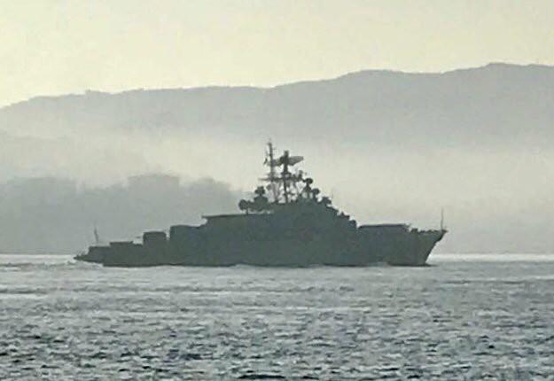Tàu sân bay Mỹ đến gần Trung Đông, 2 tàu chiến và 2 tàu ngầm Nga lập tức sang Syria - Ảnh 1.