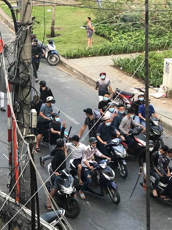 Vụ 30 thanh niên cầm mã tấu truy sát ở Sài Gòn: Tạm giữ 5 giang hồ có số má quê Hải Phòng - Ảnh 2.