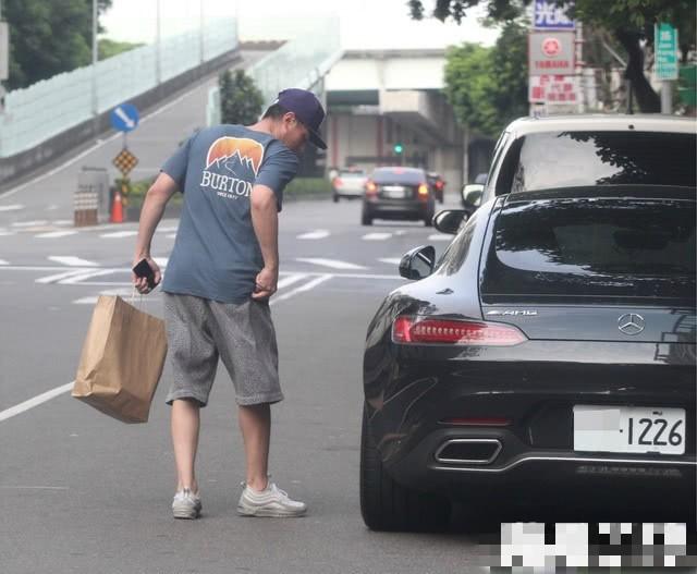 Tậu siêu xe mới trị giá hàng tỷ, Hoắc Kiến Hoa lộ khoảnh khắc quê độ khi chưa quen mở cửa xe - Ảnh 5.