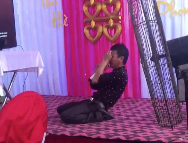 Clip: Thanh niên vừa hát vừa quằn quại khổ đau trong đám cưới khiến cư dân mạng e ngại không dám cười - Ảnh 2.