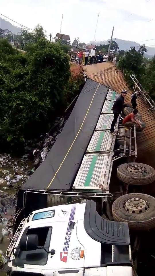 Clip: Cầu bất ngờ sập khiến xe tải và gần 18 tấn hàng rơi xuống sông - Ảnh 2.
