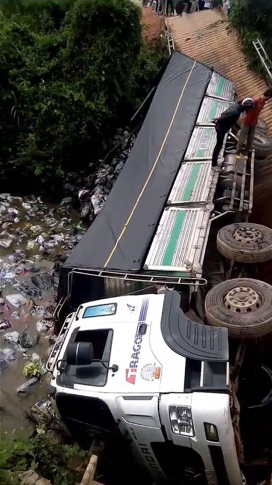 Clip: Cầu bất ngờ sập khiến xe tải và gần 18 tấn hàng rơi xuống sông - Ảnh 4.
