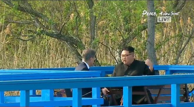 Kết thúc thượng đỉnh liên Triều: Lãnh đạo hai bên nắm chặt tay lúc tiễn biệt - Ảnh 3.
