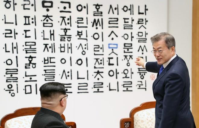 Giải mã bức tường đầy chữ phía sau hai nhà lãnh đạo Moon Jae-in và Kim Jong-un - Ảnh 3.
