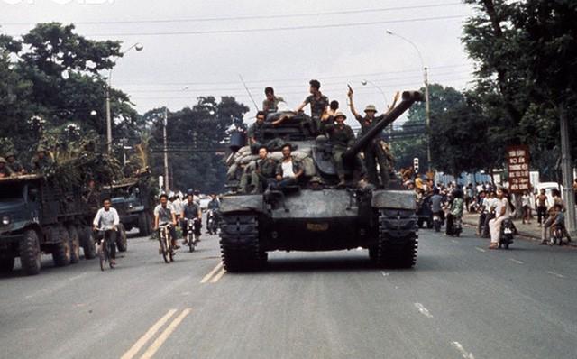 Sài Gòn trưa 30/4/1975 và đêm pháo hoa mừng chiến thắng trong hồi ức lính tăng - Ảnh 6.