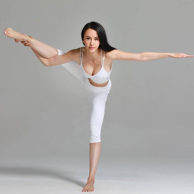 ngam-nhin-giao-vien-yoga-tung-dong-phim-cung-thanh-long-2