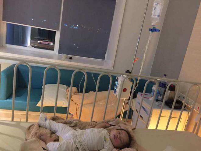 Cậu bé bị nổi ban đỏ, nôn mửa và tiêu chảy nghiêm trọng do uống sữa công thức giả - Ảnh 4.