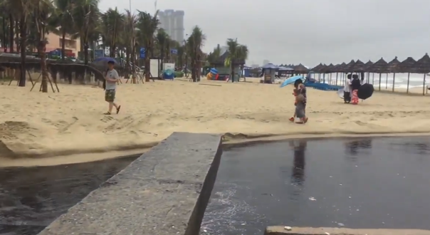 Nước thải đen ngòm tràn như suối ra biển Đà Nẵng, du khách bịt mũi rời đi - Ảnh 5.