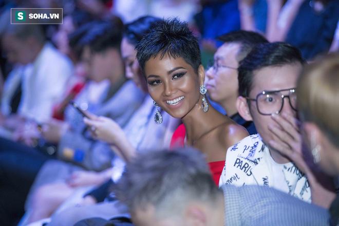 Hoa hậu HHen Niê gây chú ý với làn da nâu bóng, khỏe mạnh và liên tục cười thân thiện - Ảnh 6.