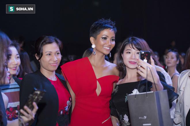 Hoa hậu HHen Niê gây chú ý với làn da nâu bóng, khỏe mạnh và liên tục cười thân thiện - Ảnh 7.