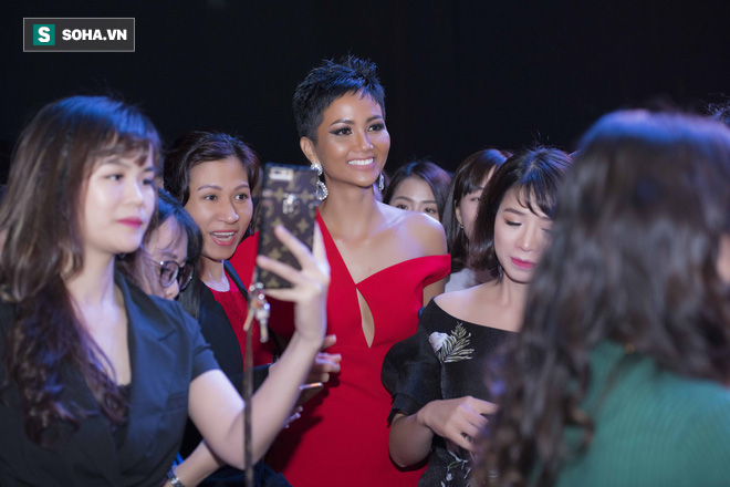 Hoa hậu HHen Niê gây chú ý với làn da nâu bóng, khỏe mạnh và liên tục cười thân thiện - Ảnh 8.