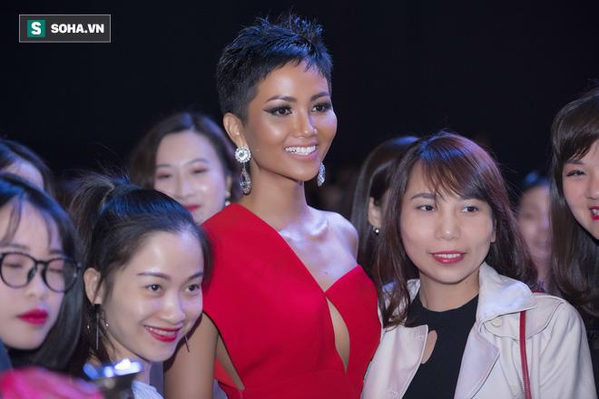 Hoa hậu HHen Niê gây chú ý với làn da nâu bóng, khỏe mạnh và liên tục cười thân thiện - Ảnh 9.