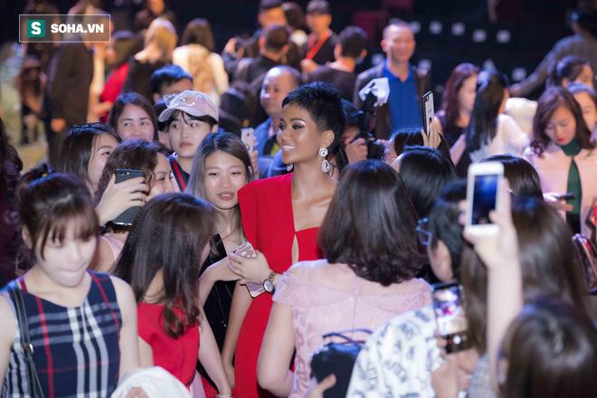 Hoa hậu HHen Niê gây chú ý với làn da nâu bóng, khỏe mạnh và liên tục cười thân thiện - Ảnh 11.