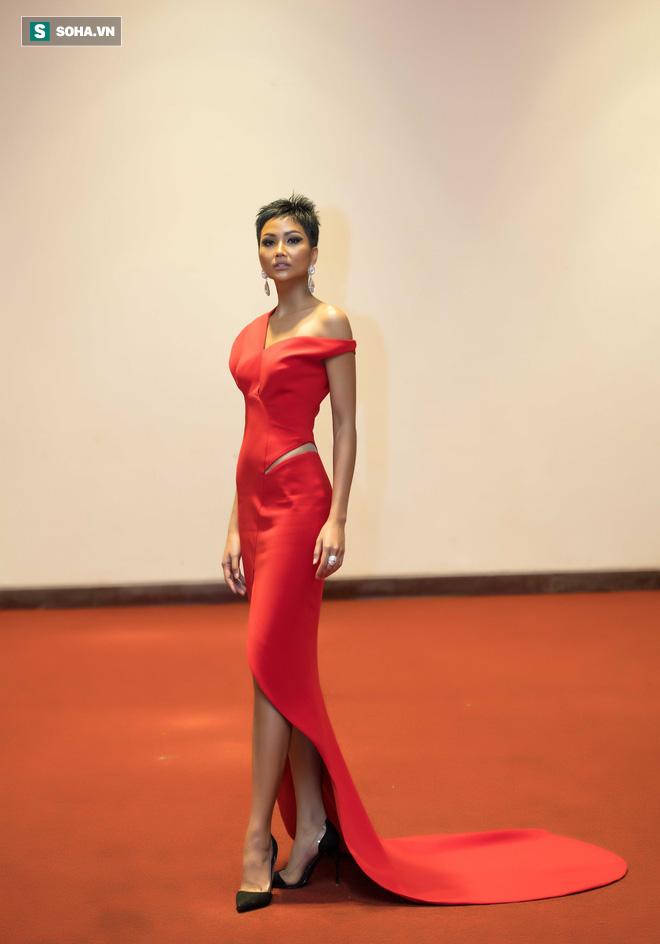 Hoa hậu HHen Niê gây chú ý với làn da nâu bóng, khỏe mạnh và liên tục cười thân thiện - Ảnh 3.
