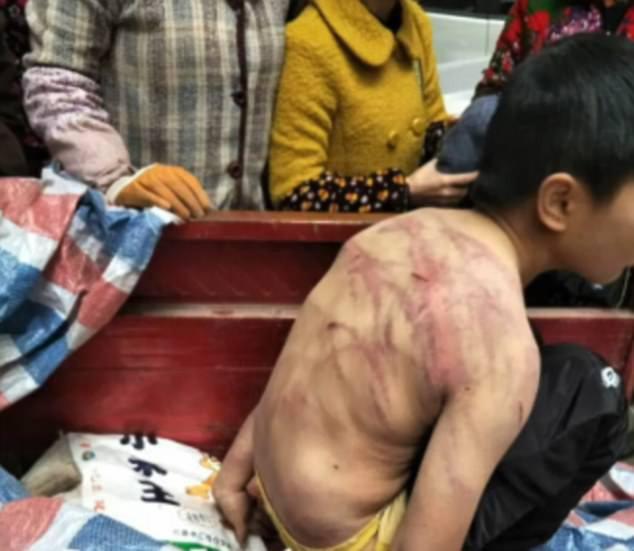 Sợ bị bố mẹ đánh, bé trai mình trần ngủ suốt đêm ngoài trời lạnh -2 độ C - Ảnh 1.