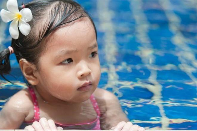 Bé trai đi ngoài ra máu sau khi đi bơi về - bà mẹ lên tiếng nhắc nhở phụ huynh phải lưu ý điều này khi cho con đi bơi - Ảnh 4.