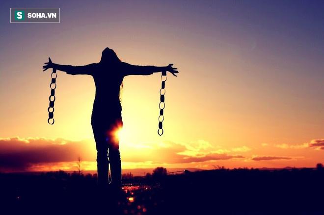 4 chữ giúp con người không gục ngã: Có người mất cả đời vẫn không làm được - Ảnh 1.